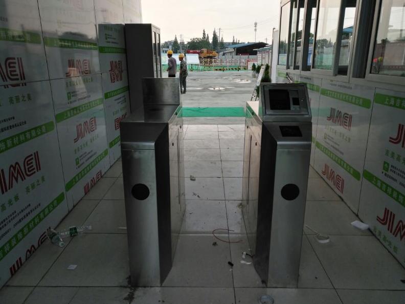金堂巴莫科技公司安装一套车票凯时国际注册体系,道闸,  一套进厂区的 通道闸