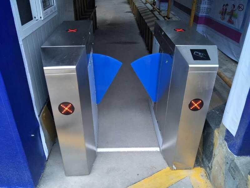 中铁六局簇桥三河村项目部安装人脸识别通道闸